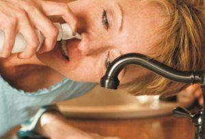 vệ sinh mũi thường xuyên để tránh viêm mũi