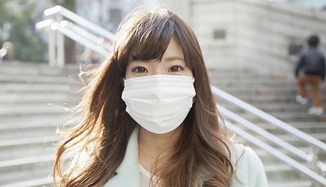 đeo khẩu trang khi ra ngoài để bảo vệ mũi trước các dị nguyên gây bệnh