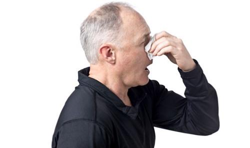 Người già bị viêm xoang giai đoạn mãn tính có thể mổ