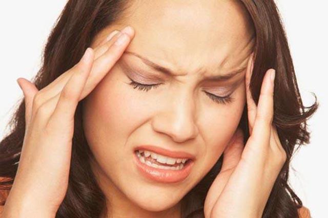 Đau nhức vùng đầu là triệu chứng viêm xoang trán thường gặp