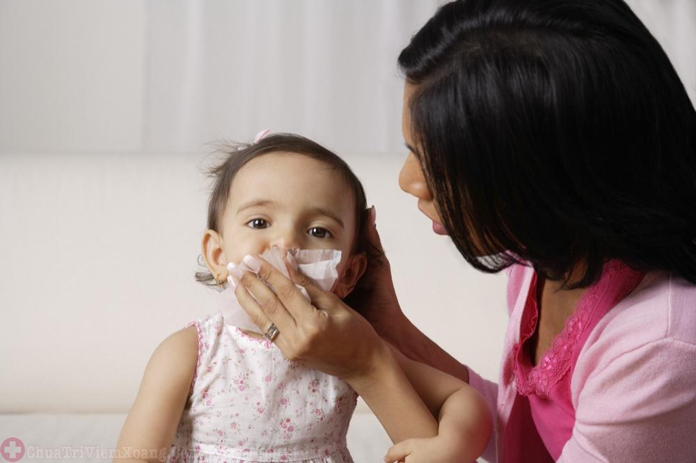 Trẻ bị viêm mũi kéo dài các mẹ nên làm gì?