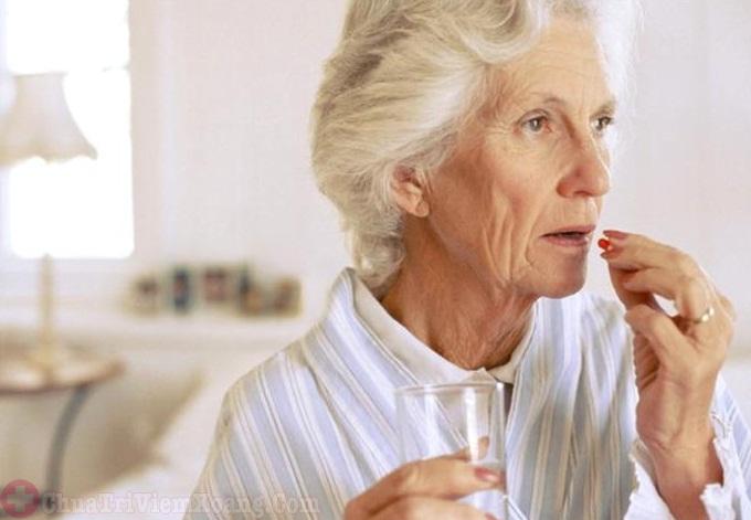 Người cao tuổi bị viêm mũi dị ứng nên thận trọng khi dùng thuốc