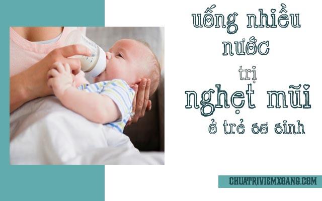 Uống nước nhiều chữa nghẹt mũi ở trẻ sơ sinh