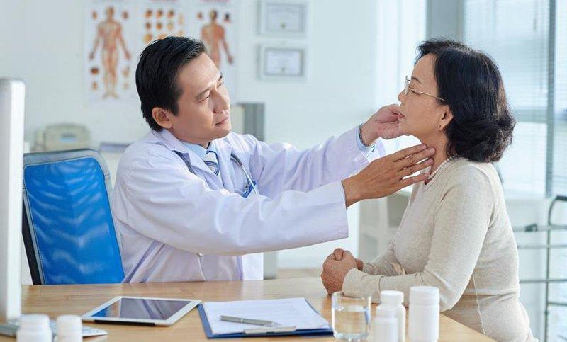 Thăm khám bác sĩ để được chẩn đoán chính xác bệnh