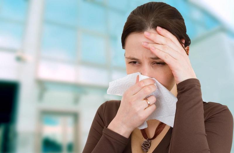 Sổ mũi là một trong những dấu hiệu thường gặp khi mắc viêm mũi dị ứng