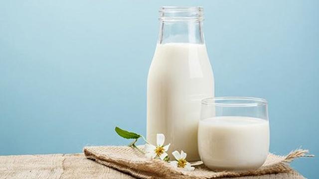 Tránh uống sữa hoặ các sản phẩm từ sữa