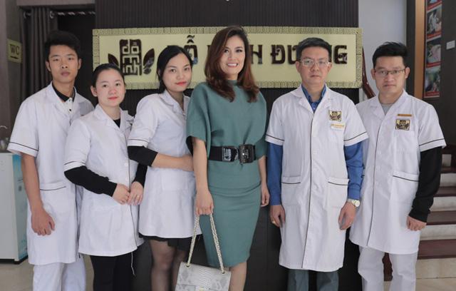 Nữ diễn viên vui vẻ chụp ảnh với đội ngũ lương y, bác sĩ tại nhà thuốc
