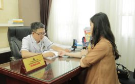 Lương y Tuấn - GĐ chuyên môn nhà thuốc là người trực tiếp thăm khám và điều trị bệnh cho chị Châu